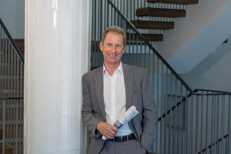 Seinem Geschick ist es zu verdanken, dass Itelligence sich für das Dobritzer Hochhaus entschied: Frank Schwabe zeigt, was vom Original erhalten blieb, wie diese Säulen.