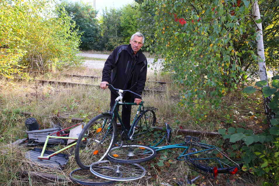 Auch jede Menge Schrott liegt auf den zugewachsenen Gleisen. Diese Fahrräder sind in den letzten Tagen neu hinzugekommen. Eckhard Göbel möchte das Thema öffentlich machen, damit nicht noch mehr Müll auf dem Areal landet.