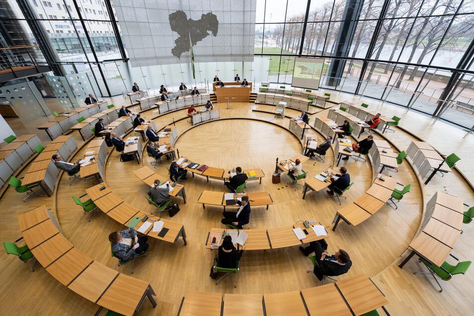 Das sächsische Landtagspräsidium trifft sich im Plenarsaal des Landtags zu einer Sondersitzung. Der Landtagspräsident folgte mit der Einberufung einer Bitte des Ministerpräsidenten, der sich über die aktuelle Lage zum Coronavirus im Freistaat und weitere