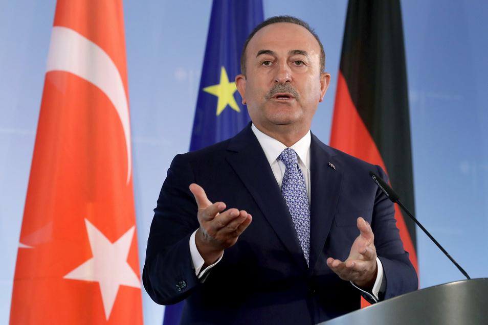 Der türkische Außenminister Mevlüt Cavusoglu spricht während einer gemeinsamen Pressekonferenz mit Bundesaußenminister Maas.