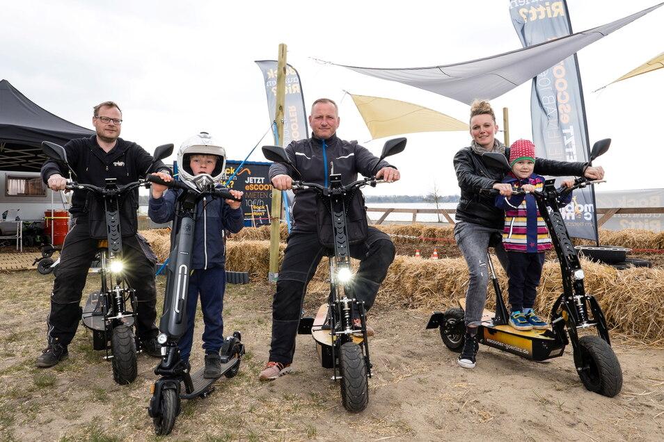 Mitarbeiter der Firma E-Mobility Center aus Görlitz an ihrem E-Scooterverleih am Nordstrand. Von links: Oliver Wünsche, Max Szuminski, Roberto Schünemann, Aline Schmidt mit Thea Helene Schmidt.