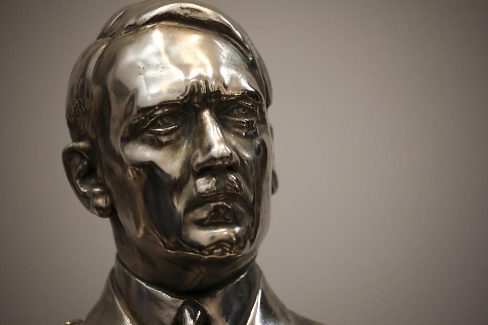 Eine Statue von Adolf Hitler.
