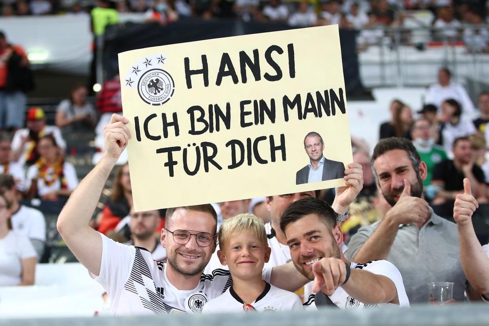 """Flick-Euphorie: Ein Fan der deutschen Nationalmannschaft hält vor Beginn der Partie ein Schild mit der Aufschrift """"Hansi ich bin ein Mann für dich"""" - und wirbt damit offenbar für den eigenen Nachwuchs."""