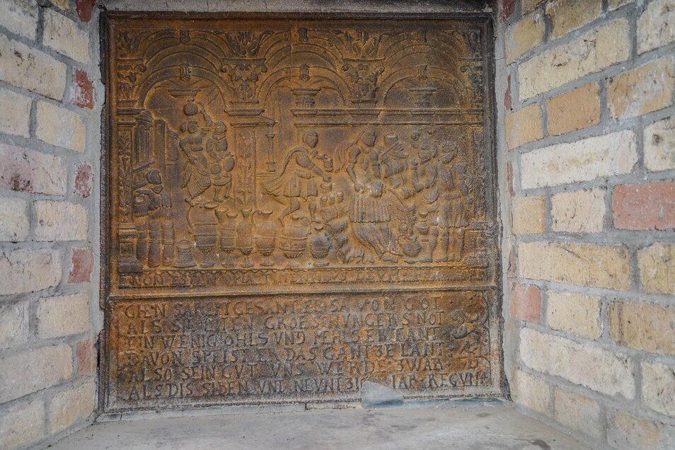 Die kupferne Kaminplatte, die bei der Renovierung zum Vorschein kam, zeigt in Wort und Bild die biblische Hochzeit von Kana.