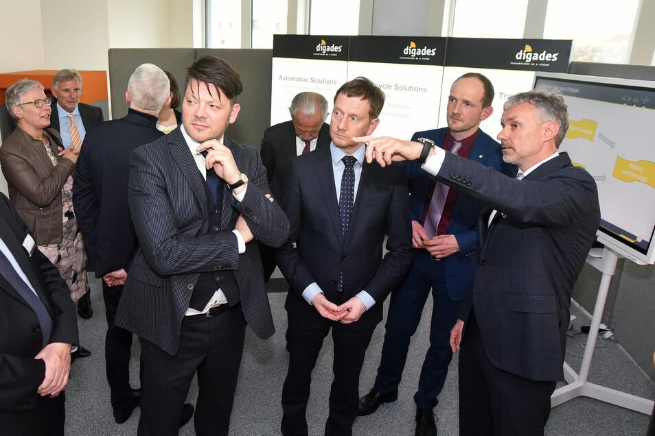Digades-Chef Lutz Berger (rechts) zeigt Zittaus OB Thomas Zenker, Sachsens Ministerpräsidenten Michael Kretschmer und dem CDU-Landtagsabgeordneten Stephan Meyer (von links nach rechts) die neue Räumlichkeiten.