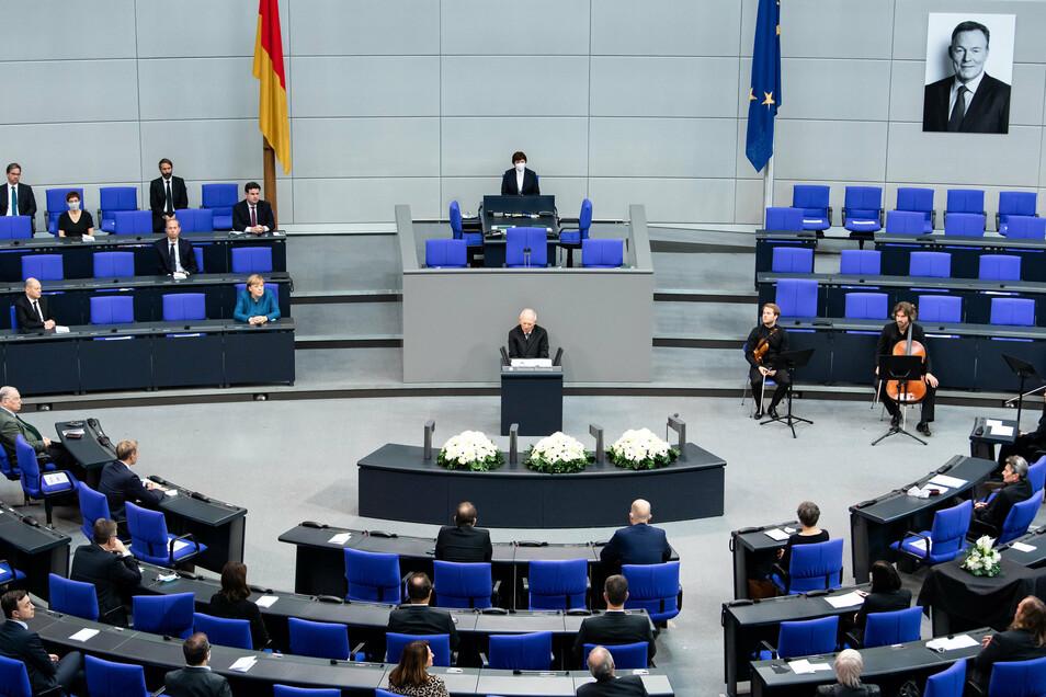 Bundestagspräsident Wolfgang Schäuble (CDU) spricht bei der Trauerfeier für den verstorbenen Bundestags-Vizepräsidenten Thomas Oppermann (SPD) im Deutschen Bundestag.
