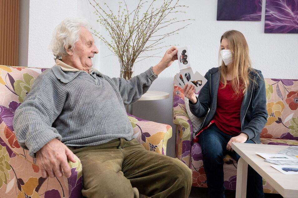 """""""Alles schön"""": Sigfried Täubrich (91) spielt mit Sozialassistentin Lilli Pöschel Karten."""