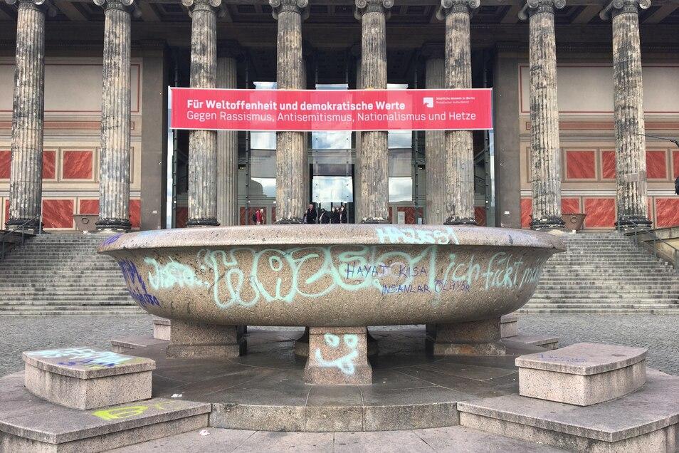 Die große Granitschale im Lustgarten vor dem Alten Museum ist von Unbekannten beschmiert worden.