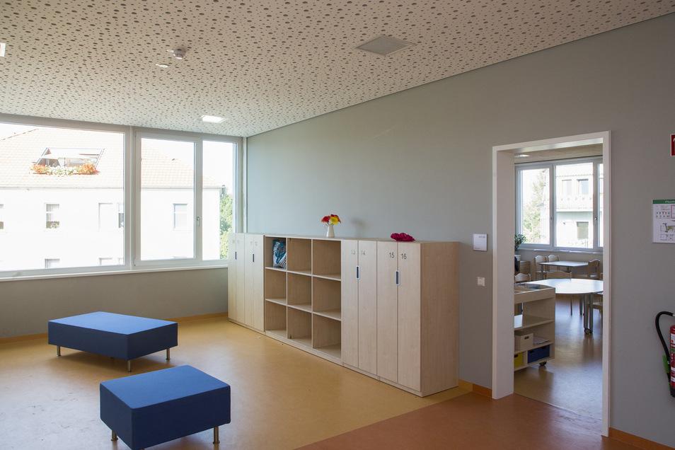 Die breiten Flure sind mit großen Fenstern ausgestattet und dienen auch als Spielfläche. So werden Schlechtwettertage auch drinnen erträglich.