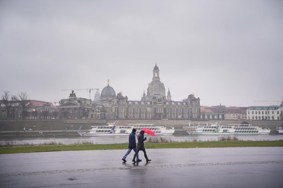 Erst am vergangenen Sonntag bot sich in Dresden wieder dieses Bild. Nach vielen trockenen Monaten muss schon seit Februar häufiger zum Regenschirm gegriffen werden.