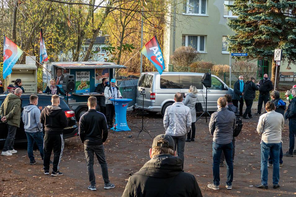 An der Lommatzscher Straße in Döbeln haben AfD-Politiker am Sonnabend ihre Sicht auf die aktuelle Politik und die Corona-Regelungen vorgetragen.
