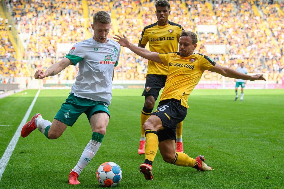 Gemeinsam gegen Bremens Mitchell Weiser klären Chris Löwe und Ransford-Yeboah Königsdörffer die Situation.