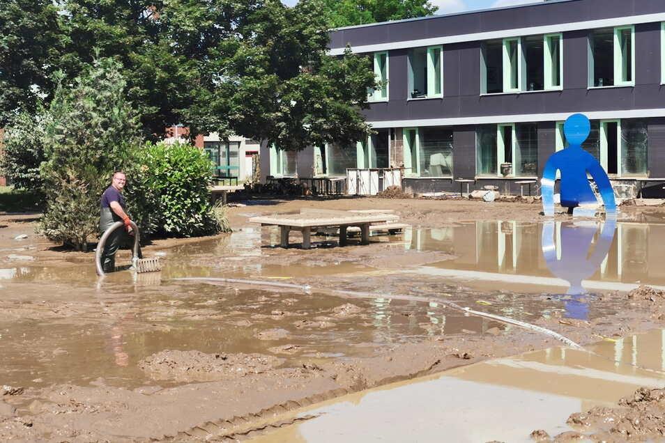 Noch viel Wasser und Schlamm in und an der Realschule von Sinzig. Hier wurden die Hochleistungspumpen der Feuerwehren aus dem Kreis Meißen gebraucht.