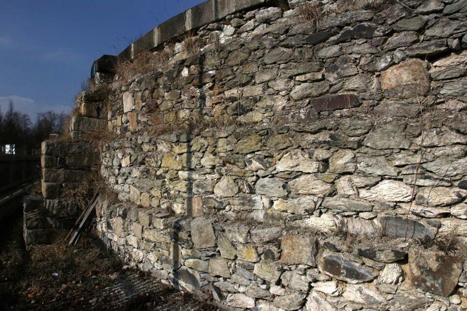 Ebenso die runde Mauer an der Weststraße. Sie diente einst als Fundament eines Gasbehälters, als im ehemaligen Gaswerk noch Stadtgas hergestellt wurde.