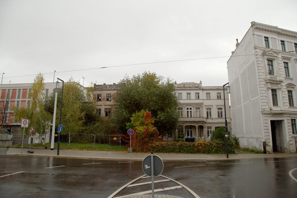 Die zurückgesetzten Villen Postplatz 5 und 6 sollen für eine Erweiterung des Parkhauses (links außen) weichen. Das Haus ganz rechts bleibt stehen.
