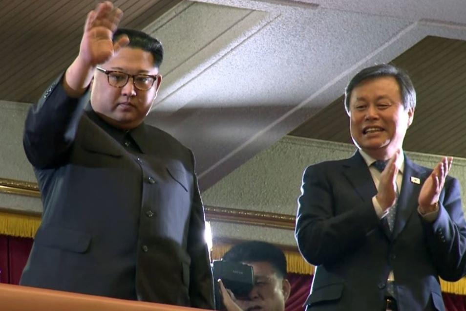 Nordkoreas Machthaber winkt neben Do Jong-whan (r), Kultur-, Sport- und Tourismusminister von Südkorea, nach einer Aufführung südkoreanischer Pop-Stars am Großen Theater von Ost-Pjöngjang.