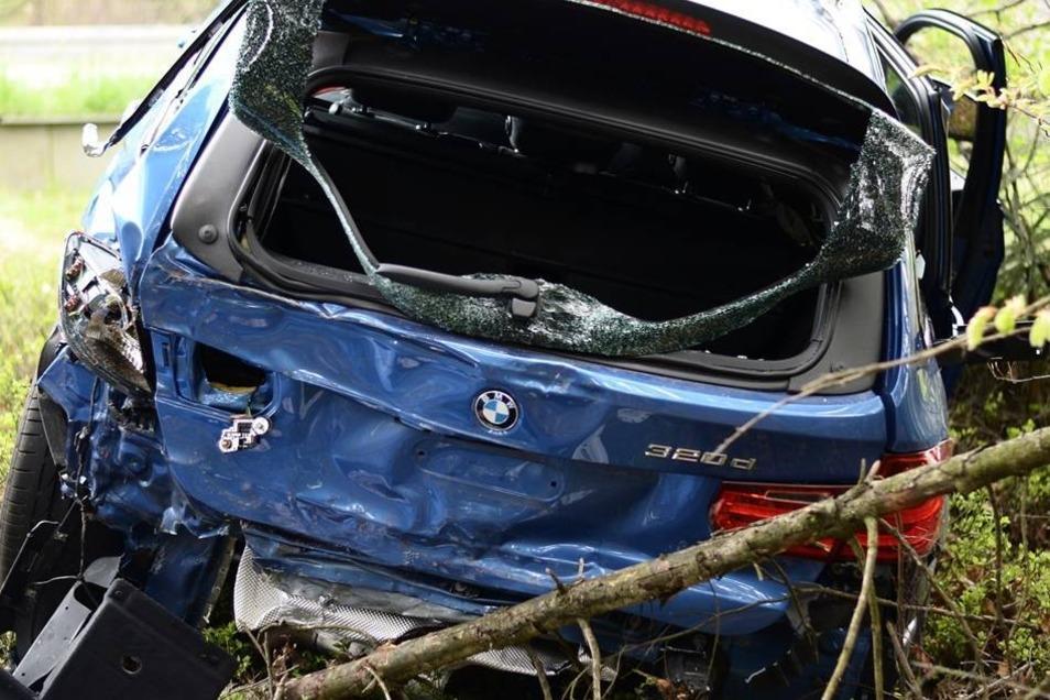 Der 3er BMW ist von dem Unfall stark gezeichnet.