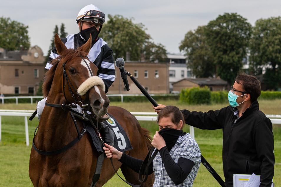 Martin Seidl wird nach seinem Sieg im ersten Rennen auf seinem Pferd Kobra interviewt.