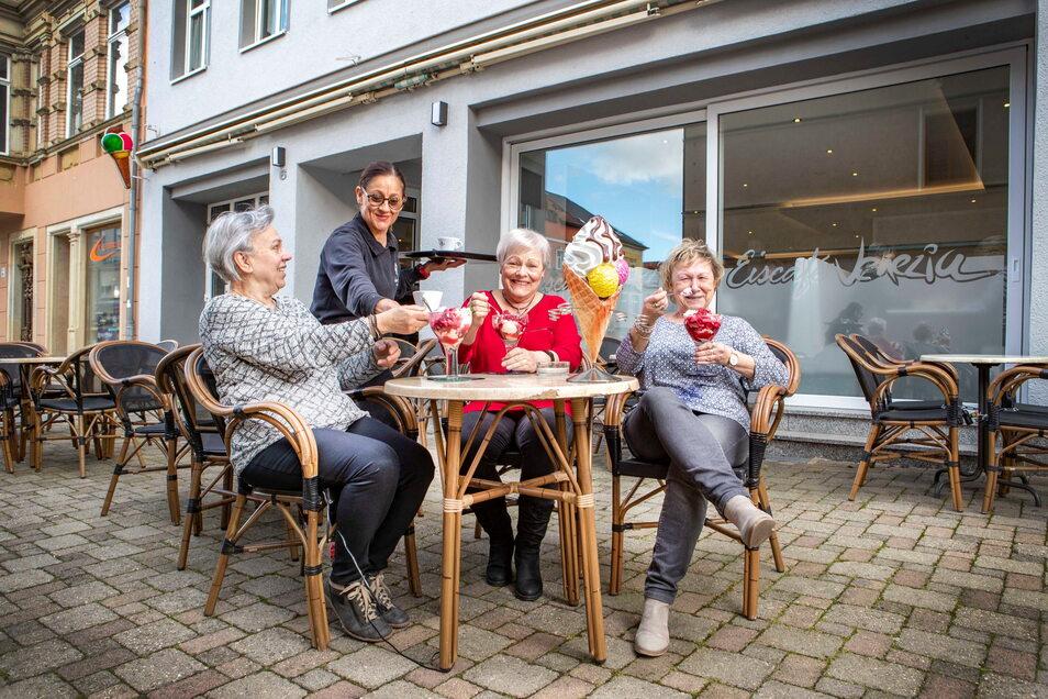 Gibt es bald wieder solche Bilder aus der Döbelner Innenstadt? Die Corona-Inzidenz in Mittelsachsen fällt, somit könnte bald die Außengastronomie wie hier vor dem Eiscafé Venezia wieder öffnen.