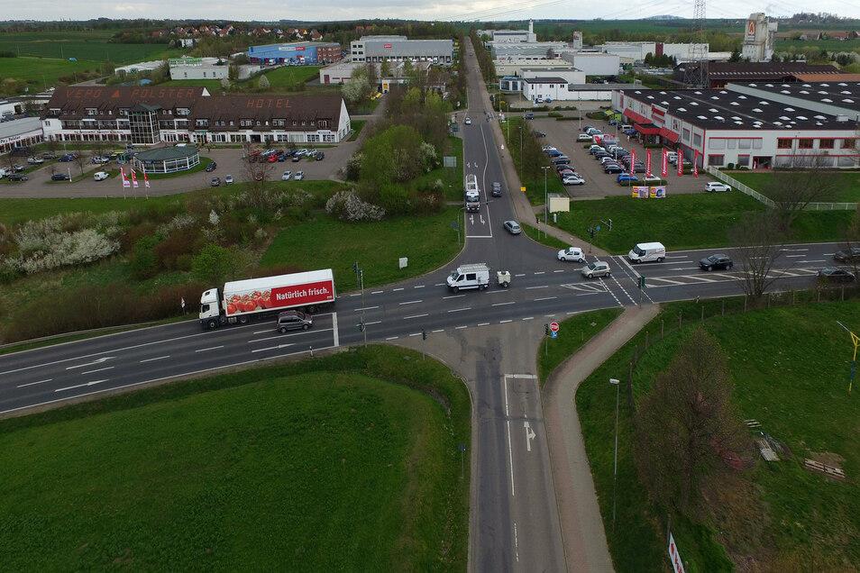 Die Hammer-Kreuzung an der B169 gewährleistet bisher die direkte Erreichbarkeit der Unternehmen im Gewerbegebiet.