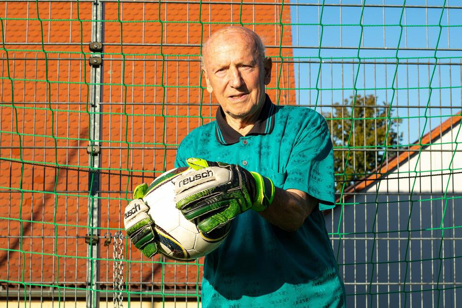 Heinz Friese vom SV Berthelsdorf steht noch immer im Tor. Mit seiner Mannschaft, dessen Spieler alle über 60 Jahre sind, kickt er nur noch zur Freude.