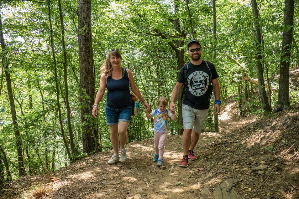 Sandra Nikolai, Carsten Seidel und Töchterchen Lina nutzen die herrliche Gegend um den Kriebsteinsee zu Wanderunge.