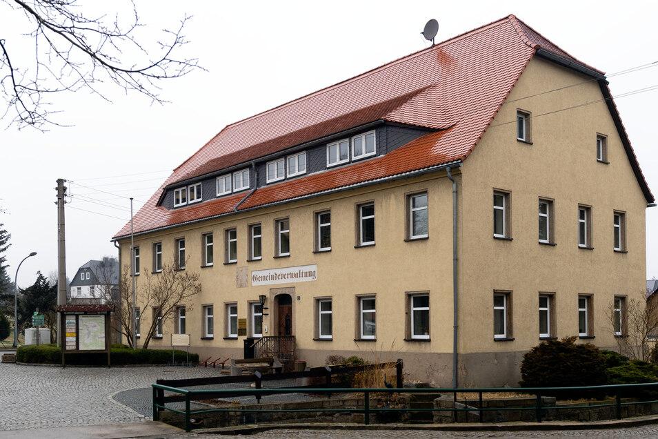 Wer nimmt künftig den Bürgermeister-Platz in der Steinigtwolmsdorfer Gemeindeverwaltung ein? Die Entscheidung darüber wird aufgrund der Corona-Pandemie erst im Herbst dieses Jahres fallen.