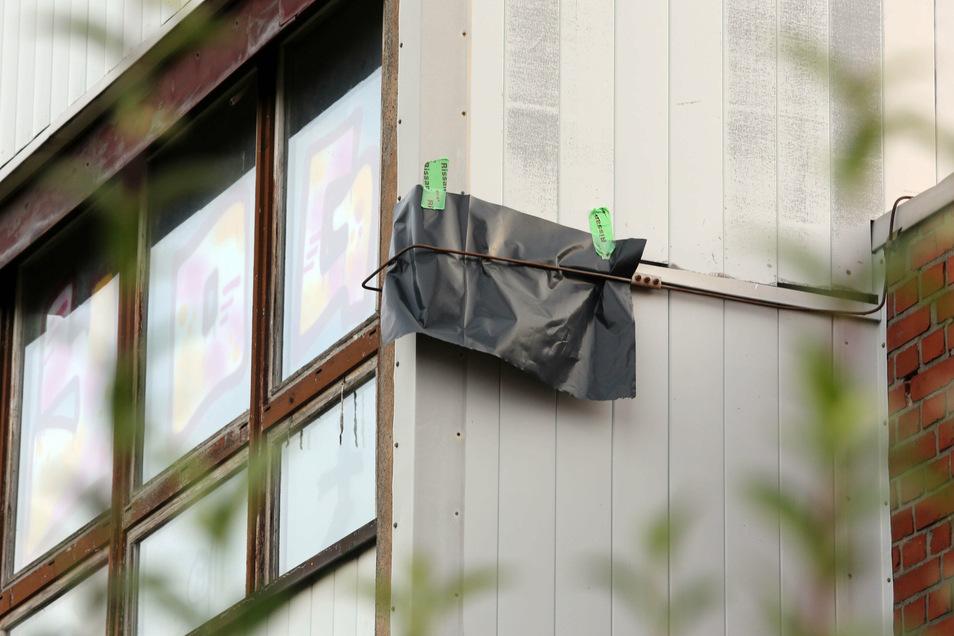 Weil das Gebäude demnächst abgerissen werden soll, müssen die geschützten Tiere umziehen. Aufgehängte Folien vor den Quartiere helfen dabei. Die Fledermäuse können raus, aber nicht wieder rein.