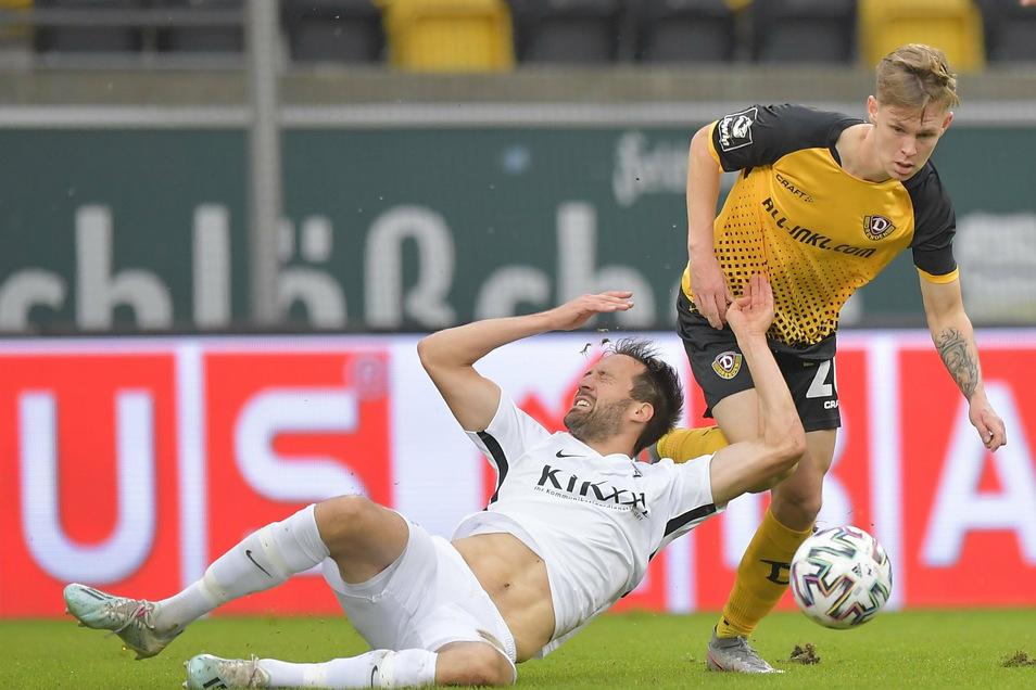 Dynamo ist bissig - so wie Julius Kade im Zweikampf mit Meppens Steffen Puttkammer. In der ersten Halbzeit hat sich das bisher ausgezahlt. Dresden führt 1:0.
