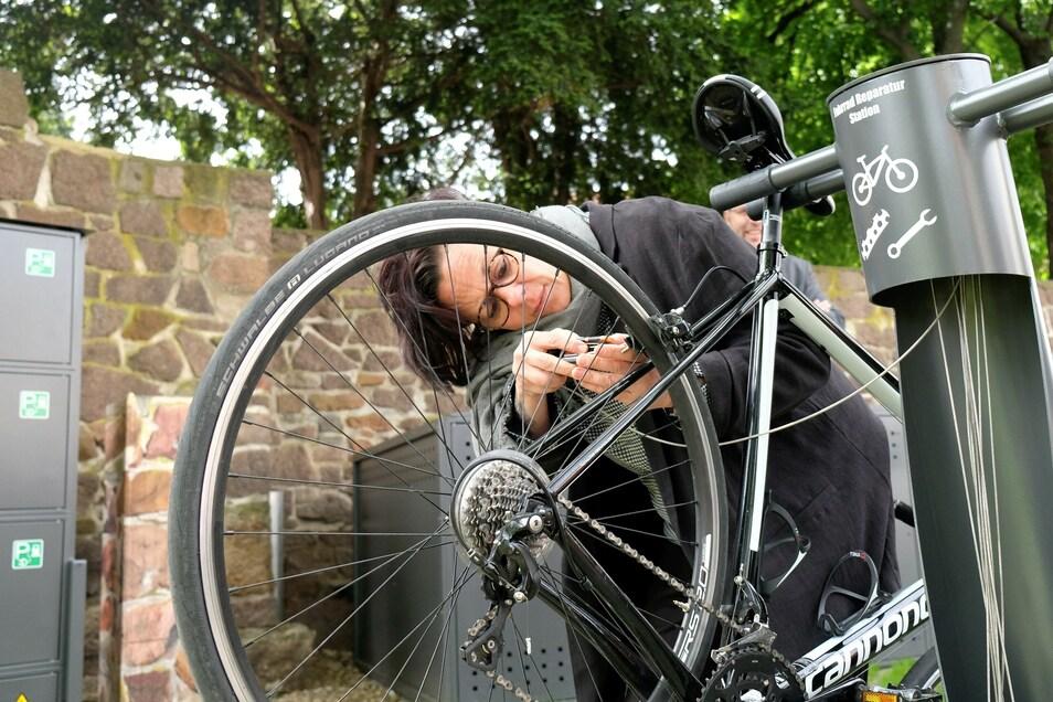 Christiane Weikert repariert ein Fahrrad