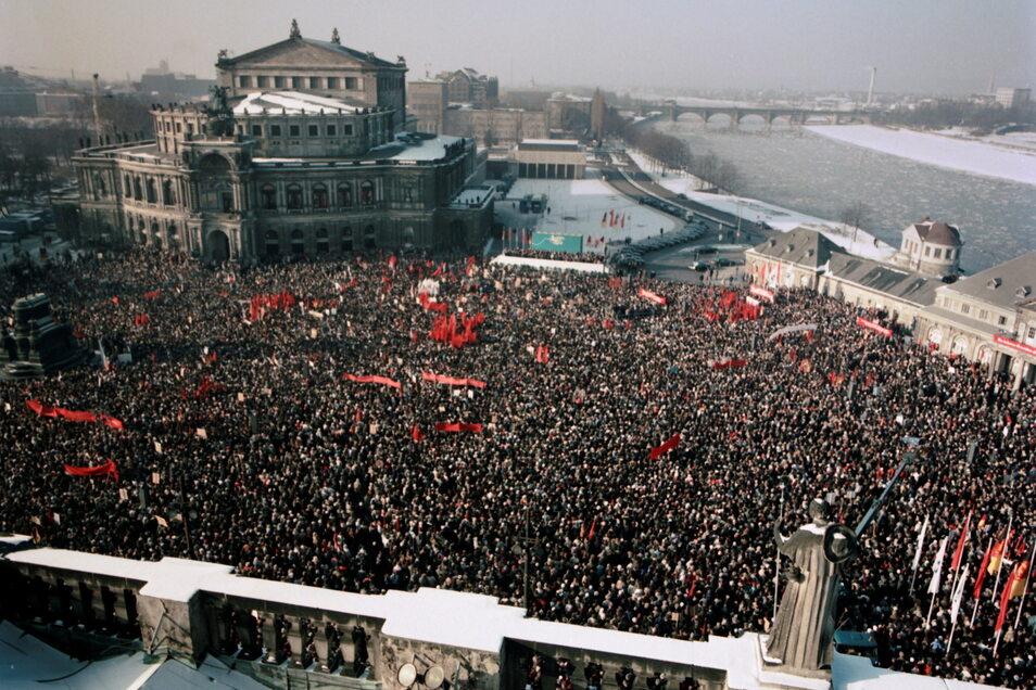 Gedenkveranstaltung auf dem Theaterplatz am 13. Februar 1985 zum Jahrestag der Zerstörung Dresdens. Am gleichen Tag wurde die Semperoper wiedereröffnet.
