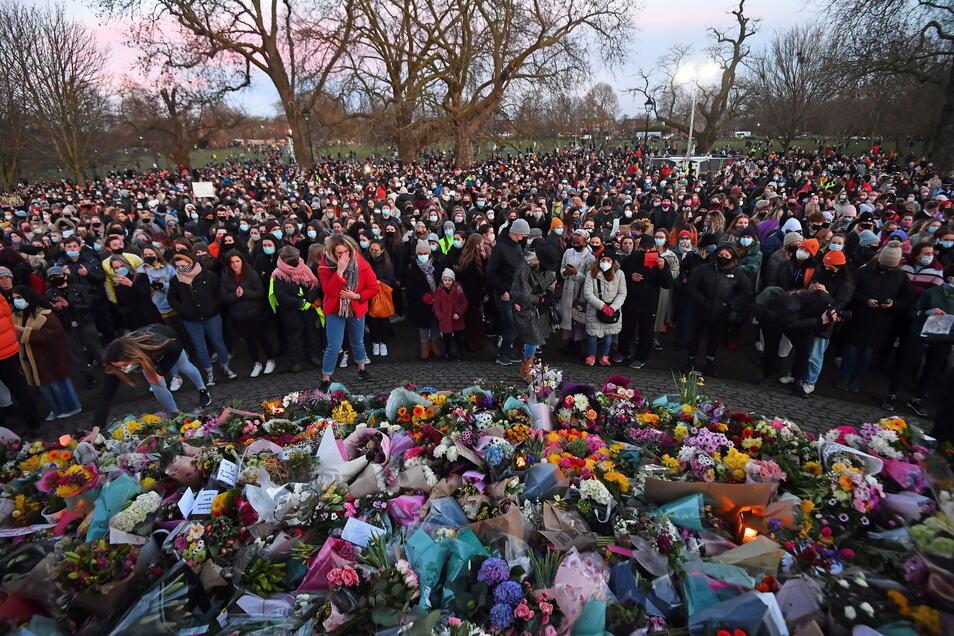 Menschen halten am Sonnabend eine Mahnwache für die getötete Sarah E. im Londoner Stadtteil Clapham Common. Der Fall hatte zu einem landesweiten Aufschrei gegen Belästigungen und Gewalt an Frauen geführt.