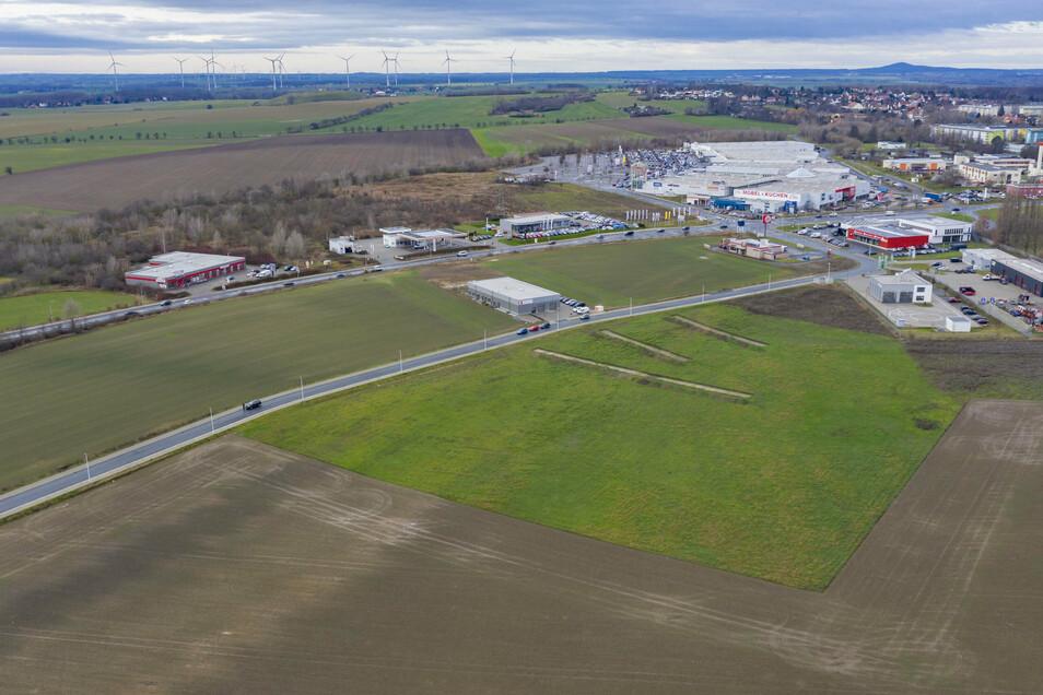 Blick auf das Gewerbegiebt an der Glogauer Straße in Riesa. Größere Industrieflächen sind im Landkreis Meißen derzeit knapp, heißt es im aktuellen Wirtschaftsbericht.