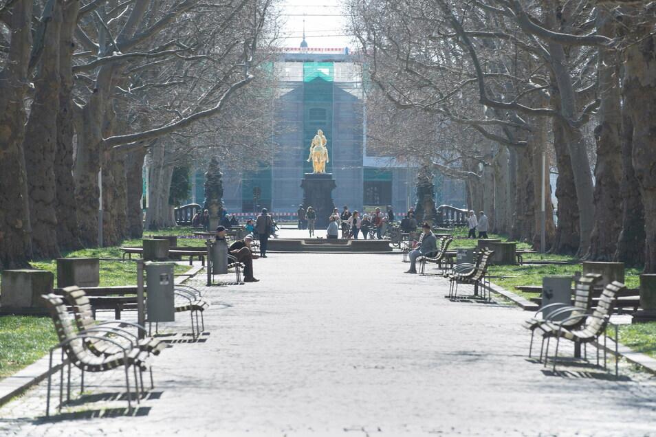 Die Hauptstraße mit Blick zum Goldenen Reiter