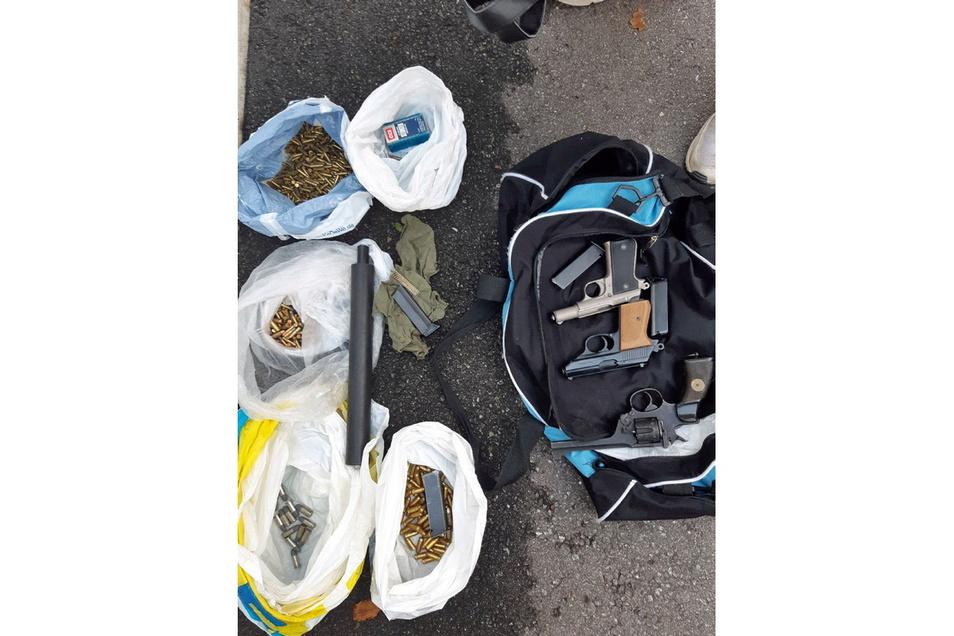 Bei zwei Großeinsätzen hat die Polizei mehrere Waffen und hunderte Schuss Munition sichergestellt