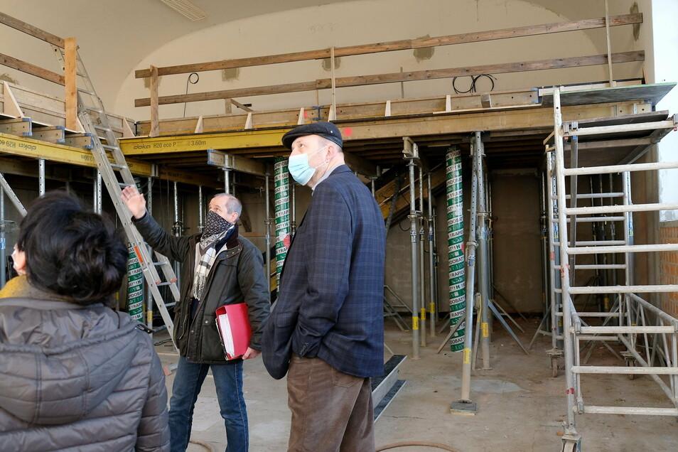 Planer Jürgen Voigt informiert sich mit Schulleiterin Heike Zimmer und Meißens Oberbürgermeister Olaf Raschke über den Baufortschritt am Franziskaneum.