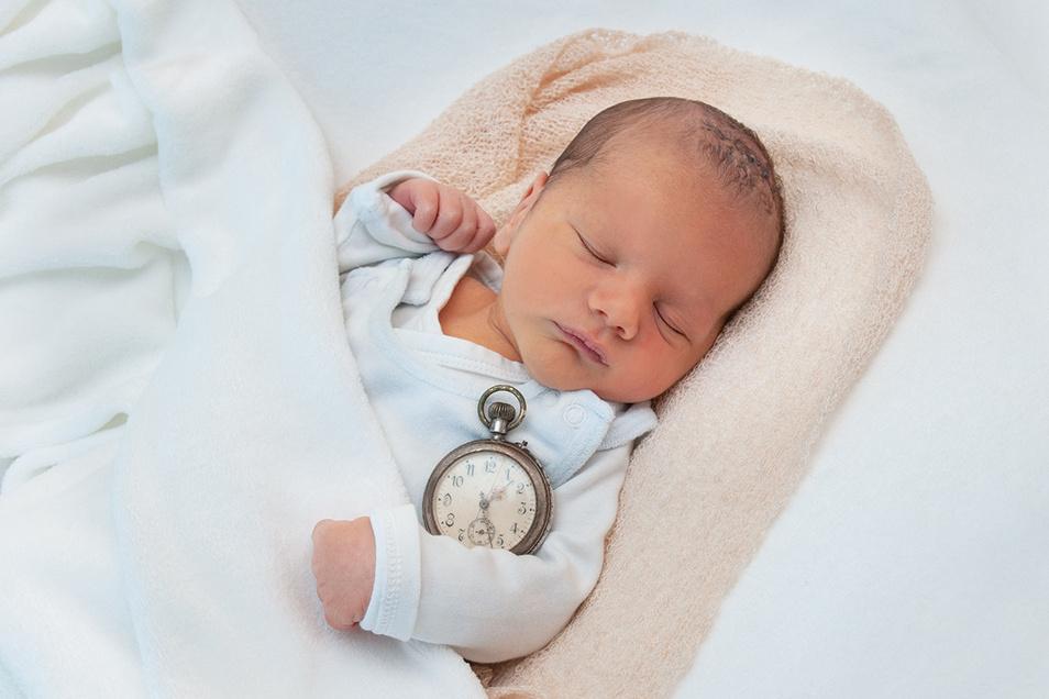 Jonas Born, geboren am 18. Oktober, Geburtsort: Universitätsklinikum Dresden, Gewicht: 3.340 Gramm, Größe: 52 Zentimeter, Eltern: Tina Born und Robert Stich, Wohnort: Dresden-Strehlen