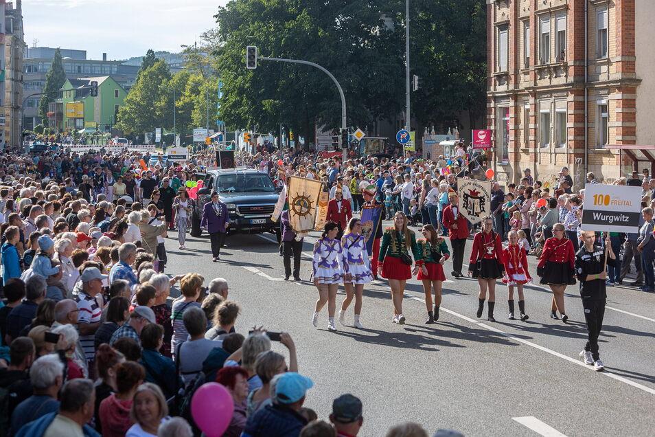 Die Karnevalisten durften natürlich nicht fehlen, sind sie doch ohnehin erfahren, was solche Umzüge durch Freital angeht.