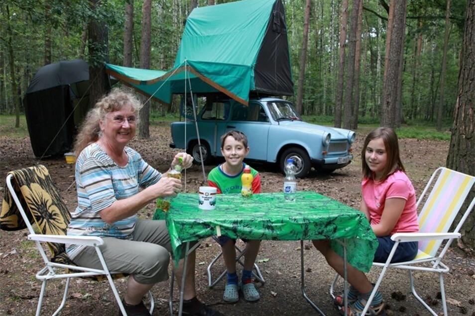 Auch solche Gäste begrüßte der Campingplatz am Großteich 2018: Mit ihrem Trabant Dachzelt aus den 80er Jahren war die Dresdnerin Anita Matthias im Juli mit den Enkelkindern Vincent und Flora da und machte hier ein paar Tage Naturcamping.