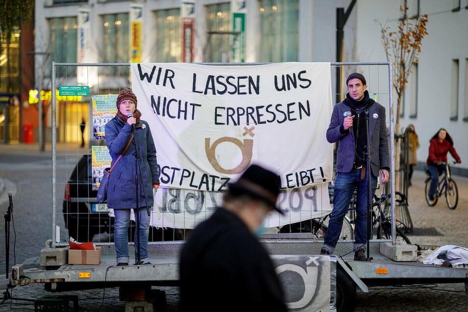 Valentin Hacke (r.) ist doppelt betroffen: Privat musste er am Postplatz 6 ausziehen, seinem Kulturbrücken-Verein droht nun Ähnliches.