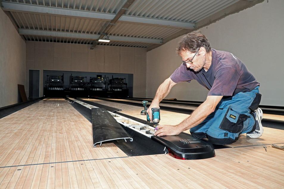 Ralf Gaber schraubt eine Verkleidung an die neue Gröditzer Bowlingbahn. Er und seine Kollegen sind die einzigen Nicht-Sachsen auf der Baustelle neben dem Spanischen Hof.