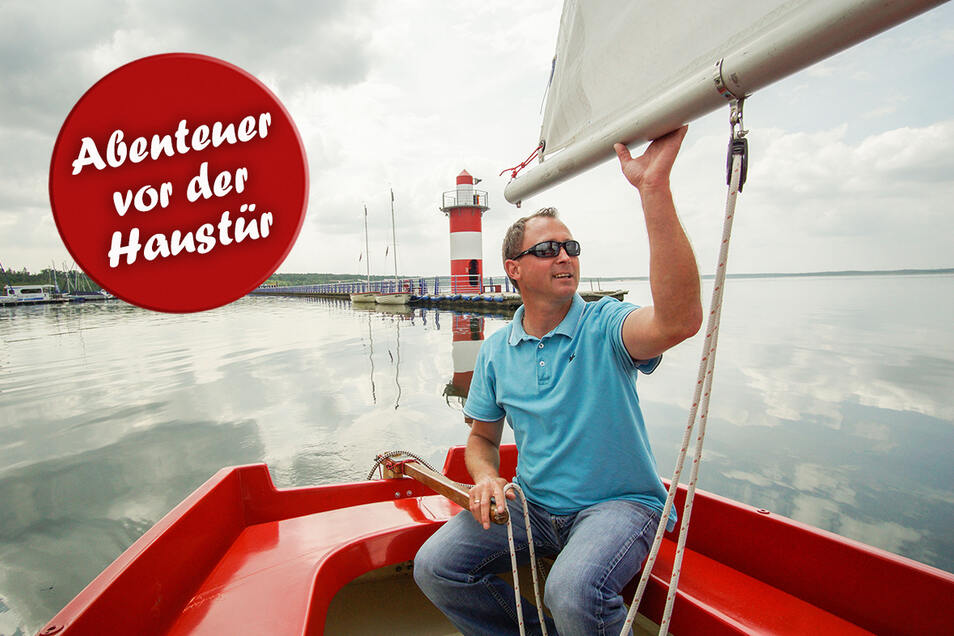 """Sven Meißner ist Inhaber der Segelschule """"Dreiländereck"""". Am Bärwalder See bietet er Kurse und Boote zum Ausleihen an."""