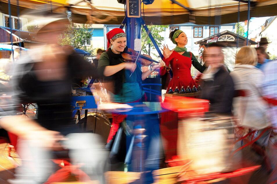 Zur Eröffnung des Radebeuler Weinfestes dreht das Theaterkarussell von Georg Traber und dem Duo Draak vor dem Kuffenhaus auf dem Anger in Radebeul die ersten Runden.