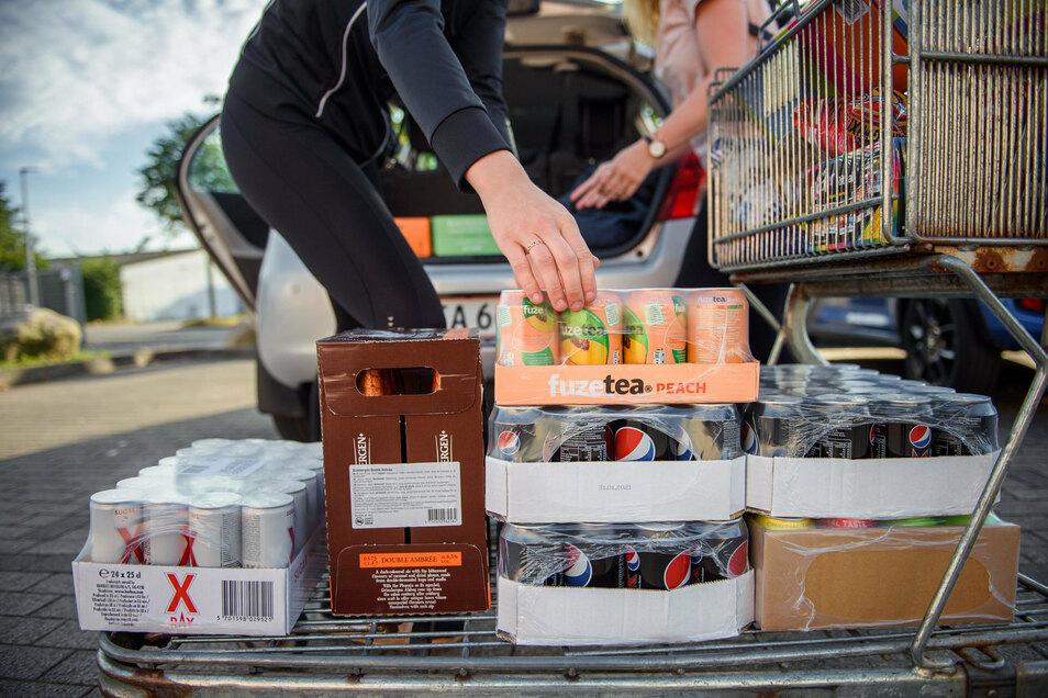 Palettenweise pfandfreie Getränkedosen: Die Vermutung liegt nahe, dass sie - so wie in vielen grenznahen Regionen Deutschlands - auch in Görlitz in den Handel kommen und hier aus Polen oder Tschechien stammen.