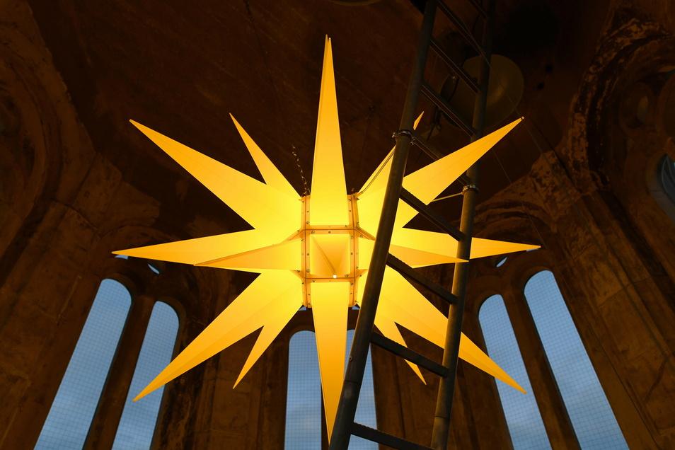 So schön leuchtet der Herrnhuter Stern im Rathaus-Turm.