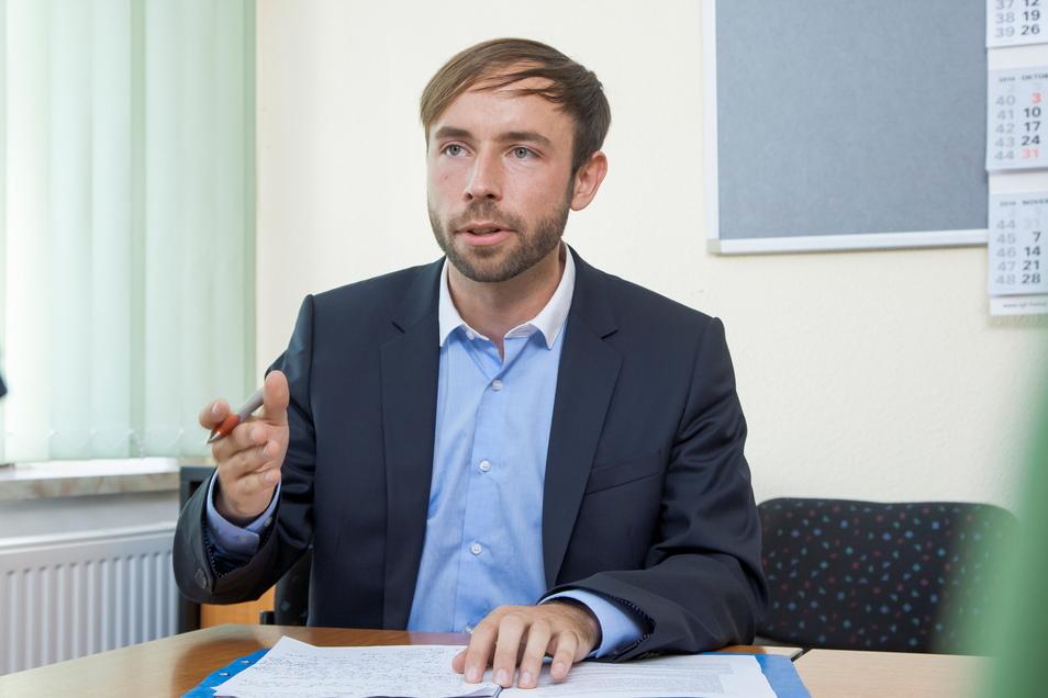 Peter Pfitzenreiter ist als Erster Bürgermeister der Stadt Freital unter anderem für Kinderbetreuung und Grundschulen verantwortlich. Eine Stadtratsentscheidung bringt seine Verwaltung nun in eine verzwickte Lage. Das stört ihn aber nicht.