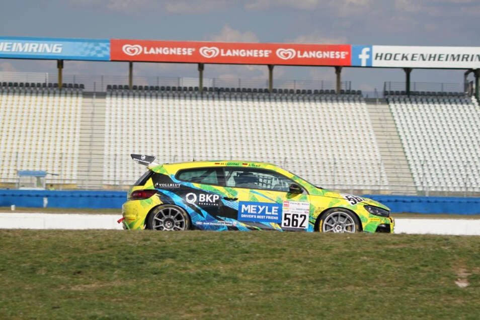 Im VW Scirocco ging es über den Hockenheimring. Jonas Greif und sein Teamkollege fuhren auf Platz 2. Ein Reifenplatzer vermasselte den Sieg.