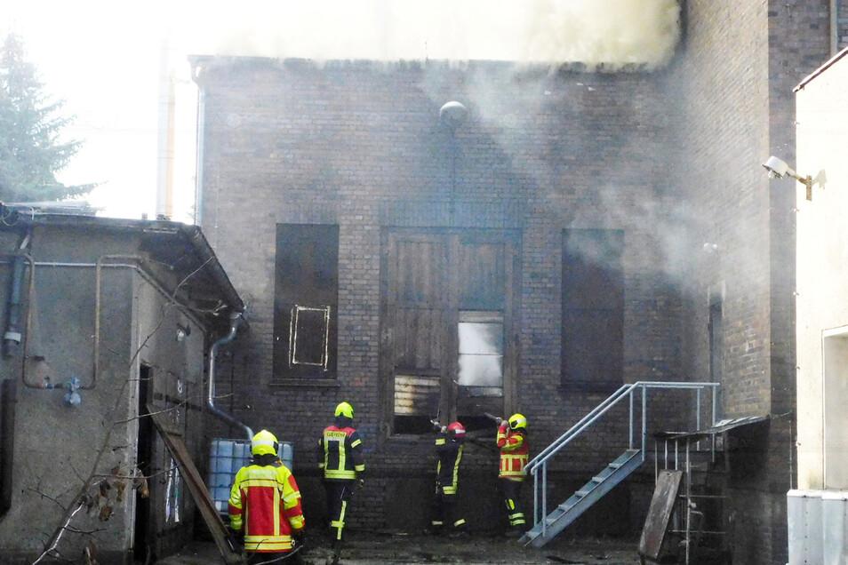 Das Feuer griff auch auf Nebengebäude und Anbau über.