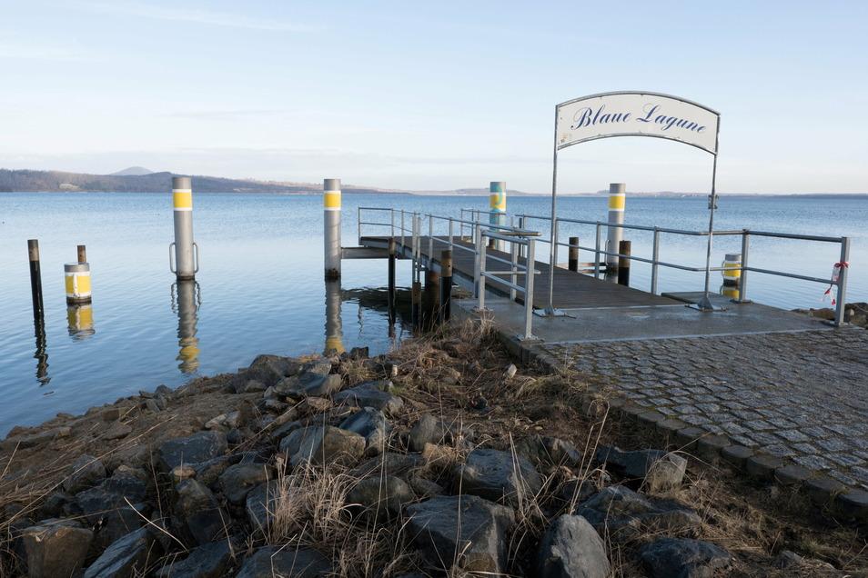 An der Blauen Lagune sind sie schon zu sehen: eingerammte Rohre, die zwischen den großen Pfeilern aus dem Wasser ragen. Ende Februar rückt die Firma mit einem Kran an. Dann kommen noch größere Rohre.