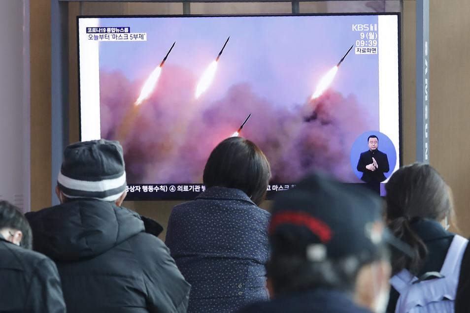 Die Fronten zwischen Nordkorea und den USA verhärten sich. Das Regime in Pjöngjang feuert erstmals nach Monaten wieder Raketen ab, um seine Militärmacht zu demonstrieren.